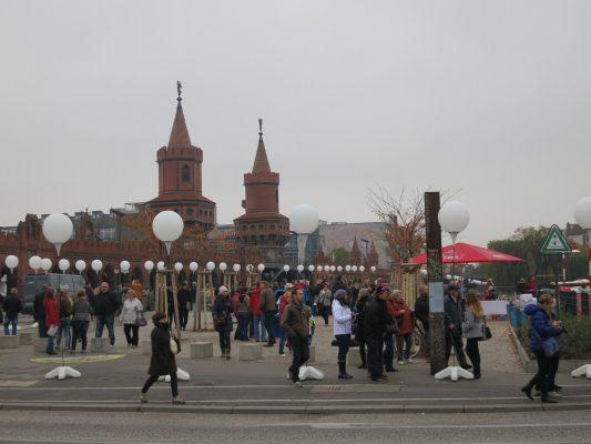 Installation der Lichtgrenze am Platz vor der Oberbaumbrücke